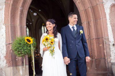 Hochzeitspaar bei der Kirche