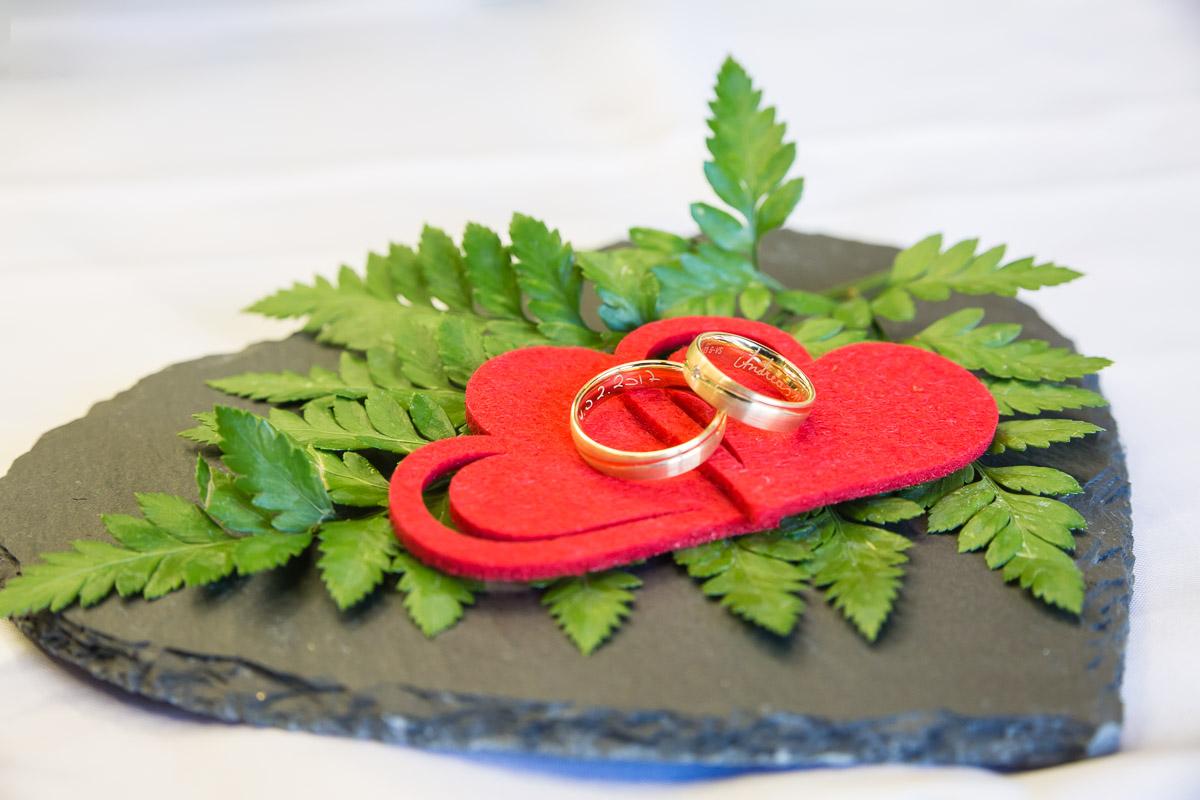 Ehering Hochzeit weiße Rose Brautstrauß
