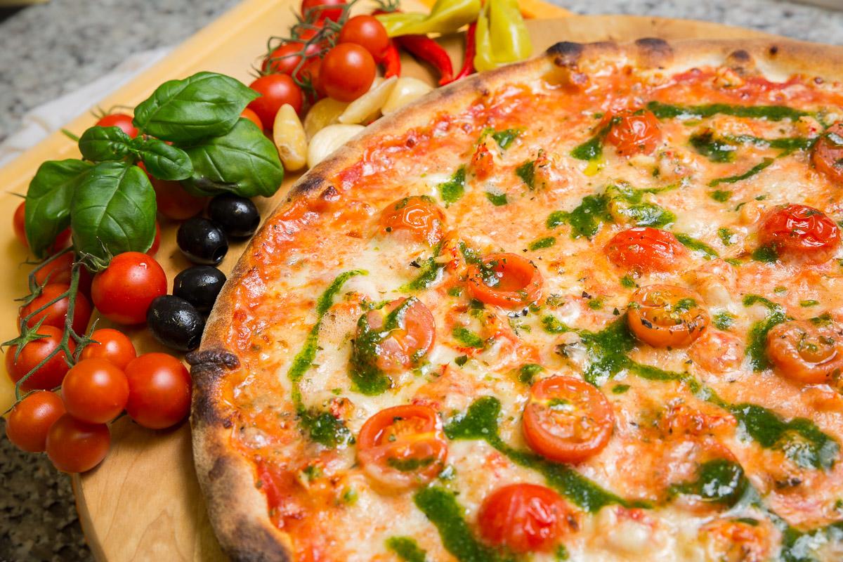 Pizza Produktfotografie Tomaten Garnelen Oliven Knoblauch
