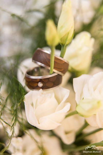 Hochzeit Ringe in den Blumen
